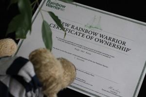 Hugo Rainbow Warrior studiert das Zertifikat.